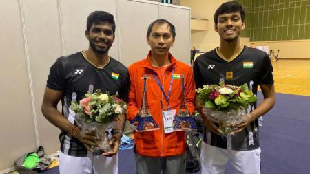 Pelatih bulutangkis Indonesia, Flandy Limpele, bersama ganda putra India Satwiksairaj Rankireddy/Chirag Shetty. - INDOSPORT