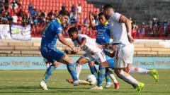 Indosport - Bek Persib Bandung, Nick Kuipers memotong umpan gelandang Persija Jakarta, Ramdani Lestaluhu di Liga 1 2019.