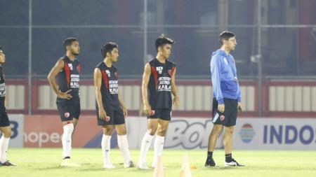 Pelatih PSM Makassar, Darije Kalezic, bersama skuatnya menjalani latihan. - INDOSPORT