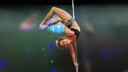 Artis peran sekaligus instruktur senam aerobik, Vicky Burky memamerkan kepiawaiannya dalam melakukan tarian tiang atau yang lebih dikenal dengan pole dance . - INDOSPORT