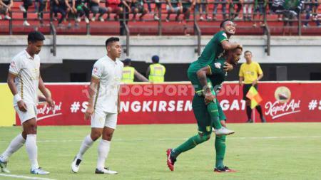 Selebrasi pemain Persebaya, David Da Silva usai mencetak gol ke gawang PSS Sleman di Liga 1, Selasa (29/10/19). - INDOSPORT