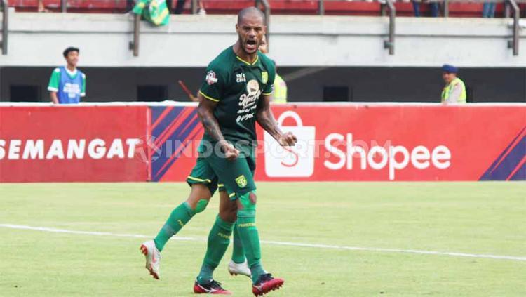 Selebrasi pemain Persebaya, David Da Silva usai mencetak gol ke gawang PSS Sleman di Liga 1, Selasa (29/10/19). Copyright: Fitra Herdian/INDOSPORT