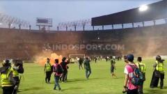 Indosport - Kerusuhan suporter terjadi usai pertandingan selesai antara Persebaya Surabaya vs PSS Sleman di Liga 1, (29/10/19).