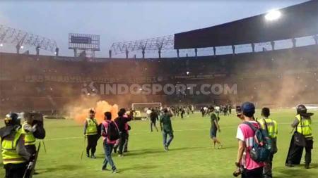 Kerusuhan suporter terjadi usai pertandingan selesai antara Persebaya Surabaya vs PSS Sleman di Liga 1, Selasa (29/10/19). - INDOSPORT