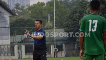 Pelatih PSMS Medan, Jafri Sastra saat memberikan arahan untuk tim besutanya. - INDOSPORT