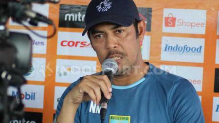 Pelatih Persela Lamongan, Nilmaizar, siap jika kompetisi Liga 1 kembali bergulir bulan September ini. - INDOSPORT