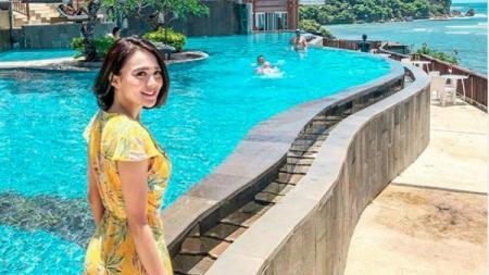 Aktris cantik, Wika Salim, menunjukkan kesungguhannya dalam melakukan body weight training untuk menjaga kebugaran tubuhnya. - INDOSPORT