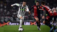 Indosport - Cristiano Ronaldo ditempel dua pemain lawan pada laga Juventus vs Genoa di Serie A Italia 2019/2020, Kamis (31/10/19).