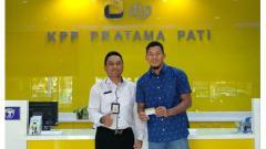Indosport - Kiper PSIS Semarang, Joko Ribowo, saat mendaftarkan SSB Joko Ribowo Football Academy ke KPP Pati.