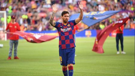 Lionel Messi tampak tidak senang ketika Barcelona harus kalah dari Atletico Madrid di semifinal Piala Super Spanyol, Jumat (10/01/20). - INDOSPORT