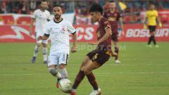 Indosport - Aksi gelandang PSM Makassar, Rizky Eka Pratama, dalam pertandingan Liga 1 2019 melawan Madura United.