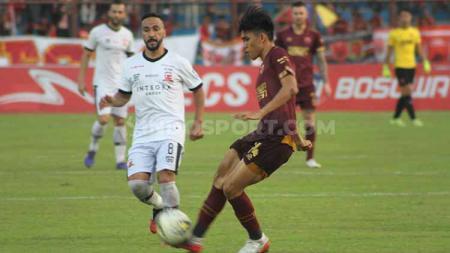 Aksi gelandang PSM Makassar, Rizky Eka Pratama, dalam pertandingan Liga 1 2019 melawan Madura United. - INDOSPORT