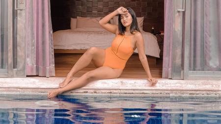 Pose menggoda Jess Amalia di pinggir kolam renang - INDOSPORT