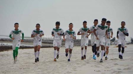 Skuat PSMS Medan berlatih di Pantai Cermin, Serdang Bedagai jelang bergulirnya babak 8 besar Liga 2 2019. - INDOSPORT