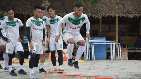 Skuat PSMS Medan berlatih di Pantai Cermin, Serdang Bedagai, Kamis (31/10/2019). - INDOSPORT