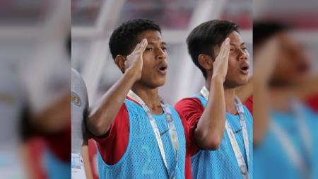 Pemain Timnas Indonesia U-16, Alfin Farhan Lestaluhu (kiri), saat menyanyikan lagu Indonesia Raya. - INDOSPORT