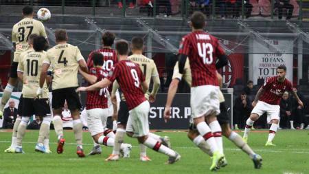 Suso menjadi algojo tendangan bebas yang berujung gol pada laga AC Milan vs SPAL di Serie A 2019/2020, Jumat (01/11/19). - INDOSPORT