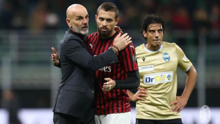 Stefano Pioli memeluk Leo Duarte usai pertandingan Serie A Italia antara AC Milan vs SPAL. - INDOSPORT