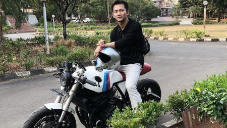 Ihsan Maulana dengan motor kesayangannya - INDOSPORT
