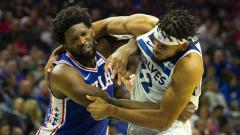Indosport - Joel Embiid dan Karl-Anthony Towns kala terlibat perkelahian di laga NBA Philadelphia 76ers vs Minnesota Timberwolves.