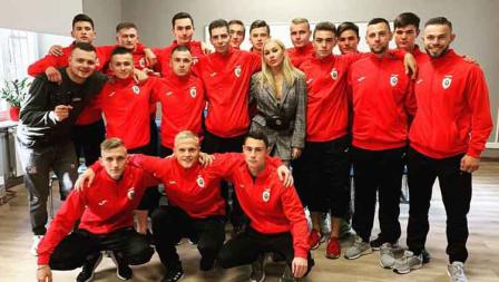 Dalam sesi potret tim FC Lion bersama Irina Morozyuk sebagai presiden klub.