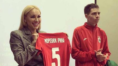 Irina Morozyuk sebagai presiden klub FC Lion memperkenalkan jersey anyar kepada publik.