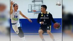 Indosport - Bintang basket Timnas Indonesia, Andakara Prastawa saat melawan pemain Dunav Stari Banovci, tim asal Serbia dalam persiapan SEA Games 2019.