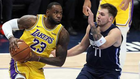 Point guard LA Lakers, LeBron James (kiri) mendapat penjagaan ketat dari Small Forward Dallas Mavericks, Luka Doncic dalam pertandingan NBA Musim Reguler 2019-2020 - INDOSPORT
