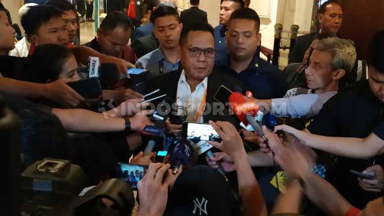 Waketum PSSI Periode 2019-2023 terpilih, Cucu Somantri saat menemui awak media. Copyright: Coro Mountana/INDOSPORT