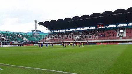 Para pemain PSIS Semarang dan PSS Sleman melaksanakan One Minute Silence untuk Almarhum Alfin Lestaluhu. - INDOSPORT