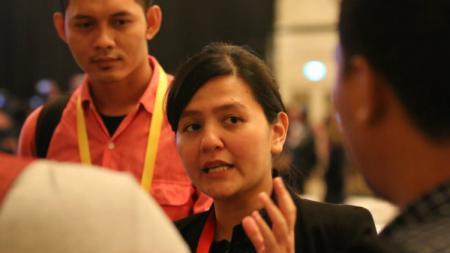 ekretaris Jenderal PSSI, Ratu Tisha Destria dan Riko Simanjuntak menerima penghargaan dari Federasi Sepak Bola Asia Tenggara (AFF) di Hanoi, Vietnam. - INDOSPORT