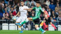 Indosport - Eden Hazard (kiri) dikawal Marc Batra (kanan) pada laga Real Madrid vs Real Betis di LaLiga 2019/2020, Minggu (03/11/19).