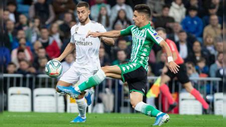Eden Hazard (kiri) dikawal Marc Batra (kanan) pada laga Real Madrid vs Real Betis di LaLiga 2019/2020, Minggu (03/11/19). - INDOSPORT