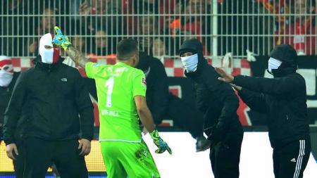 Pertandingan Derby Berlin di Bundesliga Jerman antara Union Berlin vs Hertha Berlin diwarnai peristiwa seperi di Liga 1 Indonesia, yaitu suporter yang ricuh. - INDOSPORT