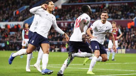Selebrasi pemain Liverpool Sadio Mane bersama teman satu tim usai mencetak gol ke gawang Aston Villa pada Liga Primer Inggris di Villa Park, Birmingham, Inggris, Sabtu (02/11/19). - INDOSPORT
