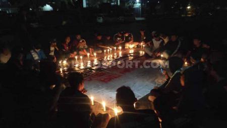 Aksi damai Komunitas Suporter Indonesia Pulau Bali (SIPB) di parkir timur Lapangan Bajra Sandhi, Renon, Denpasar, Sabtu (021119) malam. - INDOSPORT