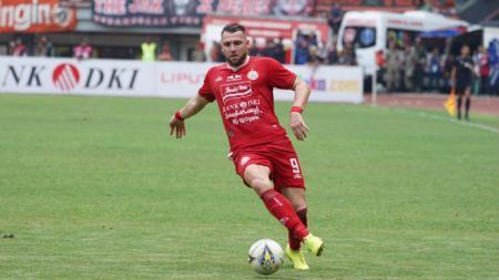 Diperkirakan striker Persija Jakarta Marko Simic punya nilai transfer yang tak sebanding sama pemain Papua Nugini-Jerman Felix Komolong. - INDOSPORT