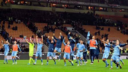 Selebrasi para penggawa Lazio usai memastikan diri menang atas AC Milan dalam pertandingan Serie A Italia 2019-2020 pekan ke-11 - INDOSPORT
