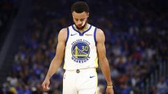 Indosport - Bintang Golden State Warriors, Stephen Curry, dikhawatirkan bakal absen hingga akhir musim setelah dihantam cedera parah di bagian tangannya.