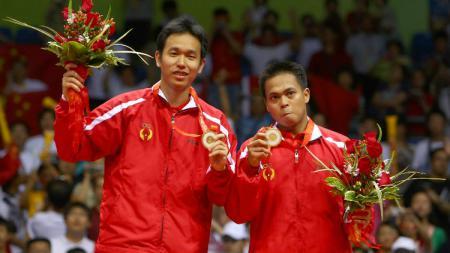 Markis Kido/Hendra Setiawan saat mendapat medali emas Olimpiade Beijing 2008. - INDOSPORT