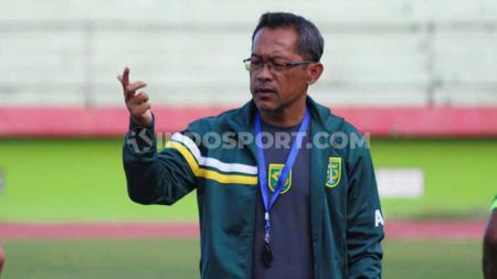 Pelatih Aji Santoso memimpin latihan Persebaya Surabaya menjelang laga Liga 1 2019 di Stadion Gelora Delta, Sidoarjo. Senin (4/11/19). - INDOSPORT