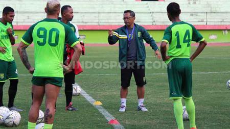 Aji Santoso memimpin latihan klub Liga 1 Persebaya di Stadion Gelora Delta, Sidoarjo. Senin (4/11/19). - INDOSPORT