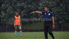Indosport - Pelatih Mitra Kukar, Jafri Sastra, punya kegiatan alternatif selama kompetisi Liga 2 2020 dihentikan. Jafri mencari keringat dengan mengerjakan kebun jeruknya di Kota Payakumbuh, Sumatera Barat.