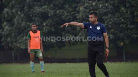 Reaksi pelatih Mitra Kukar, Jafri Sastra, setelah timnya berhasil memuncaki klasemen sementara Liga 2 grup timur - INDOSPORT