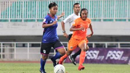 Pemain PSIS Putri saat Membawa Bola di pertandingan melawan Persija - INDOSPORT
