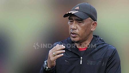 Pelatih Persis Solo, Salahudin, saat memimpin latihan tim menjelang laga Liga 2 2020. - INDOSPORT