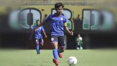 Indosport - Aksi Nisma Francida Rusdiana saat membela PSIS di ajang Liga 1 Putri.