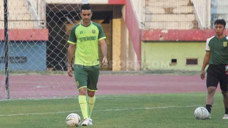 Otavio Dutra berlatih dengan didampingi fisioterapis Persebaya di Stadion Gelora Delta, Sidoarjo. - INDOSPORT