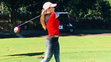Maria Ozawa tengah memukul dan bermain golf di salah satu tempat.
