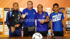 Indosport - Pelatih Persib, Robert Rene Alberts dan Pelatih PSIS, Bambang Nurdiansyah foto bersama saat konferensi pers di Graha Persib, Jalan Sulanjana, Kota Bandung, Selasa (05/11/19).